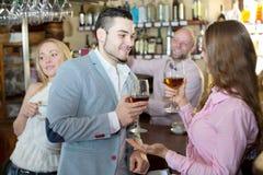 Visiteurs de restaurant buvant du vin Photo libre de droits