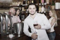 Visiteurs de restaurant buvant du vin Images stock