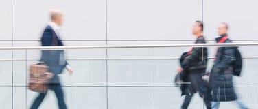 Visiteurs de salon commercial marchant dans un couloir futuriste propre Photos stock