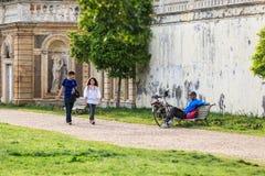 Visiteurs de villa Doria Pamphili au par l'intermédiaire d'Aurelia Antica, Rome, Italie Photographie stock libre de droits