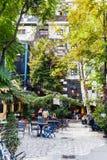 Visiteurs en café à la cour de Kunst Haus Wien Vienne Photographie stock