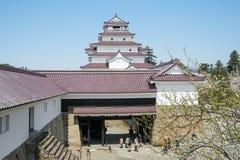 Visiteurs en parc de château de Tsuruga Images libres de droits