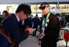 Visiteurs et personnel de société échangeant leurs crads à MWC19 à Barcelone photo stock