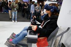 Visiteurs examinant des expériences de dispositifs de VR de MWC 2019 photos libres de droits