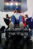 Visiteurs examinant des expériences de dispositifs de VR de verticale de MWC 2019 images stock