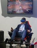 Visiteurs examinant des expériences de dispositifs de VR de verticale de MWC 2019 photo stock
