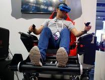 Visiteurs examinant des expériences de dispositifs de VR de vue de côté de MWC 2019 image libre de droits