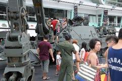 Visiteurs explorant l'ingénieur blindé Vehicle à la Chambre ouverte 2017 d'armée à Singapour Photo libre de droits
