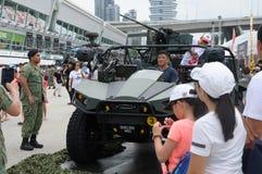 Visiteurs explorant la marque légère II de véhicule de grève à la Chambre ouverte 2017 d'armée à Singapour Image libre de droits