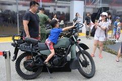 Visiteurs explorant la moto de Yamaha Tw200 à la Chambre ouverte 2017 d'armée à Singapour Photographie stock libre de droits