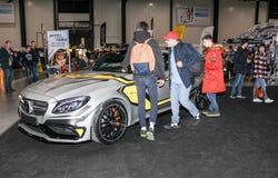 Visiteurs inspectant une voiture de sport de Mercedes image stock