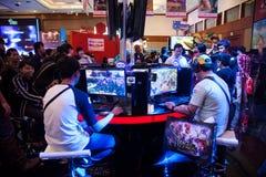 Visiteurs jouant des jeux vidéo à l'exposition 2013 de jeu d'Indo Photos libres de droits