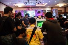 Visiteurs jouant des jeux vidéo à l'exposition 2013 de jeu d'Indo Images libres de droits