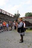 Visiteurs observant la reconstitution du mousquet de chargement de soldat pour la démonstration, fort William Henry, New York, 20 Photographie stock libre de droits