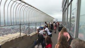Visiteurs observant le paysage urbain de Manhattan à la plate-forme d'observation d'Empire State Building clips vidéos