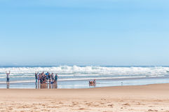 Visiteurs prenant une photo de groupe sur une plage Images stock