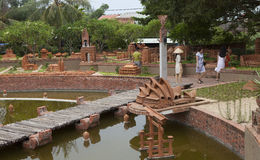 Visiteurs prenant une visite chez Thanh Ha Earthenware Museum et observant des modèles de la plupart des architectures bien connu images stock