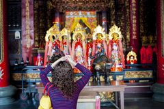 Visiteurs priant dans un temple chinois image stock