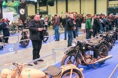 Visiteurs regardant de rétros modèles des motos Images libres de droits
