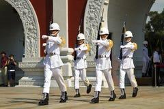 Visiteurs regardant la garde d'honneur de ROC, Taïpeh, Taïwan photos libres de droits