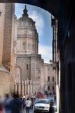 Visiteurs serrant la cathédrale de Toledo Spain Photo stock