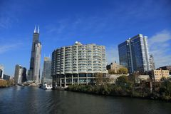 Visitez la rivière Chicago en automne pour voir l'architecture et le paysage des deux côtés de la rivière photographie stock libre de droits