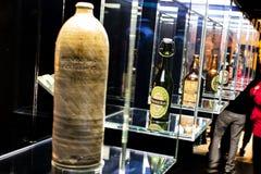 Visiti con la storia delle bottiglie di Heineken, bottiglie di tutti gli anni fotografia stock