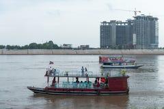 Visiti le barche sul fiume Tonle Sap, con l'hotel di Sokha sotto il co Fotografie Stock Libere da Diritti