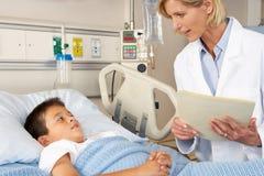 Visiting Child Patient On医生病区 免版税库存照片