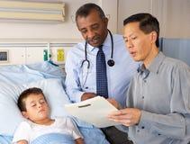 Visiting Child Patient On医生病区 免版税库存图片