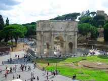 Visitor's at the Arch of Constantine. The Arch of Constantine is a triumphal arch in Rome, situated between the Colosseum and the Palatine Hill. It was erected Stock Image