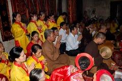 Visitors burning incense ceremony at Kiep Bac tempel Stock Photography