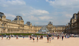 Visitors to the Louvre Art Gallery & Palace Buildings Paris Fra Royalty Free Stock Photos