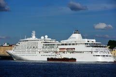 Viskning för silver för kryssningskepp i St Petersburg, Ryssland Fotografering för Bildbyråer