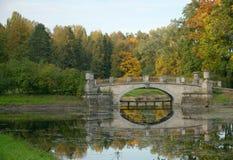 Viskont'evbrug over Slavyanka-rivier, Pavlovsk park, Heilige P Stock Afbeeldingen