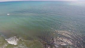 Vislumbrando ondas do mar Mediterrâneo que quebra na costa, vista aérea vídeos de arquivo