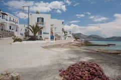 Visnet bij de kleine haven van dorp stock foto's
