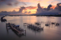Visnet tijdens zonsopgang stock foto