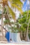 Visnetten tot droog op beachfront worden gehangen die royalty-vrije stock fotografie