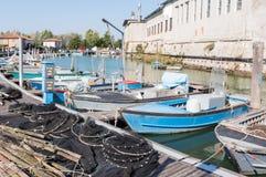 Visnetten, vismanden en vissersboten Stock Afbeelding
