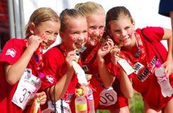 Lite Ironkids idrottsman nenar med medaljer Royaltyfri Bild