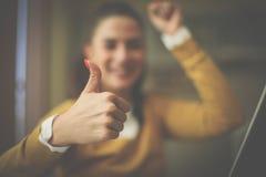 Visning för ung kvinna för Smiley reko hemmastadd arkivfoto