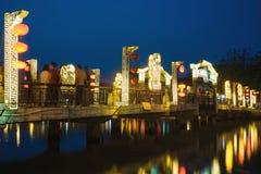 Visning Hoi An för forntida stad från den Thu Bon floden med bron på den Bach Dang gatan vid skymningperiod Hoi An är UNESCOvärld Arkivfoton