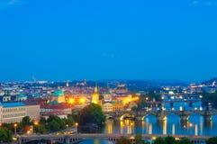 Visning på den Vltava floden och Prague cityscape Arkivbild