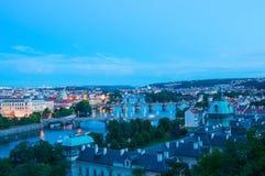 Visning på den Vltava floden och Prague cityscape på natten Arkivbilder