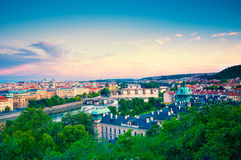 Visning på den Vltava floden och Prague cityscape på solnedgången Fotografering för Bildbyråer