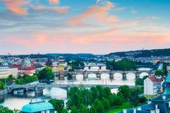 Visning på den Vltava floden och Prague cityscape på solnedgången Royaltyfri Fotografi