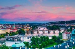 Visning på den Vltava floden och Prague cityscape på solnedgången Arkivbilder