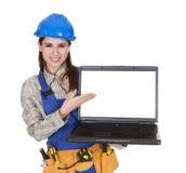 Visningbärbar dator för kvinnlig arbetare Fotografering för Bildbyråer