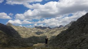 Visningen absorberade det bergiga landskapet Arkivfoton